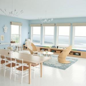 Chłodne błękity w połączeniu z ciepłym drewnem pozwolą stworzyć jasną i przytulną przestrzeń dzienną. Fot. Benjamin Moore.