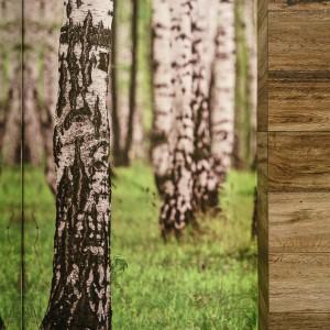 Ścianę za wc pokryto fototapetą z brzozami rosnącymi na intensywnie zielonej trawie. Soczysta zieleń ożywia wnętrze i pięknie komponuje się drewnianymi motywami na obudowie stelaża. Projekt: Saje Architekci, współpraca Aleksandra Nowakowska. Fot. foto&mohito.