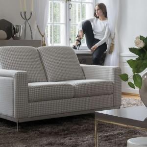 Dwuosobowa sofka Can-Can marki Kler, w szarą delikatna pepitkę nada elegancji i szyku zarówno klasycznemu, jak i nowoczesnemu wnętrzu. Fot. Kler.