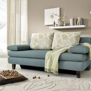 Nowoczesna, elegancka sofka w kolorze poszarzałej zieleni to rozwiązanie dla wnętrz w jasnym, neutralnym kolorze jak i o bardziej zdecydowanych barwach. Fot. Mobel Martin.