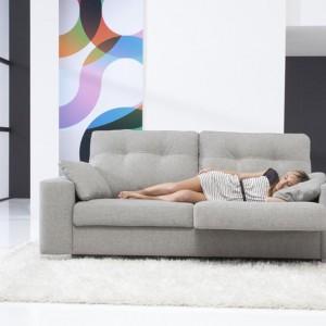 Sofa w salonie. Uniwersalny mebel na lata
