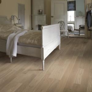 Deski podłogowe Dąb Portofino o wyraźnie zaznaczonej strukturze drewna. Fot. Komfort.