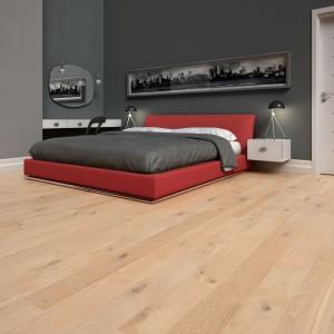 Podłoga dębowa Meditation z kolekcji No Limits z wyraźnie zaznaczoną strukturą drewna. Powierzchnia, z charakterystycznym dla dębu dużymi sękami. Fot. Baltic Wood.
