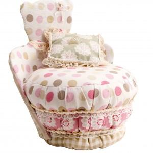 Krzesło przypominające kształtem misia wykończone białą tkaniną w kolorowe kropki. Fot. Fabio Luciani.