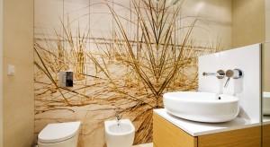 Fototapeta to bardzo modny sposób na wykończenie ścian łazienki. Jest to jednocześnie efektowna dekoracja. Można ją wykonać na podstawie zdjęcia z własnego albumu, a wtedy będzie niepowtarzalna.