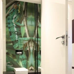 Ta tapeta została wykonana ze zdjęcia, które podczas jednej z wakacyjnych podróży zrobili właściciele. Piękny, powiększony kameleon trafił na fototapetę zabezpieczoną laminatem i teraz stanowi fantastyczną dekoracje toalety dla gości. Projekt: Katarzyna Mikulska-Sękalska. Fot. Bartosz Jarosz.