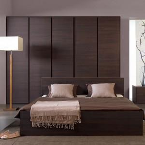 Wybór wolno stojącej szafy daje możliwość dopasowania do niej mebli do sypialni w z tej samej kolekcji. Dzięki temu aranżacja wnętrza będzie spójna i harmonijna. Fot. BRW.