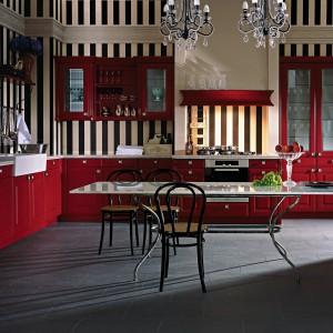 Klasyczna, wytworna kuchnia, w której bordową czerwień zamknięto w ozdobne, frezowane formy i przeszklenia. W połączeniu z białym blatem i tapetą w pasy tworzy wytworną aranżację. Fot. Leicht, kolekcja Calvos-FS.