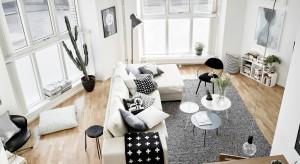 Jasne wnętrze, w którym króluje biel, urozmaicają czarne detale dekoracyjne. Unikalnego charakteru monochromatycznej aranżacji dodają fantazyjne kształty ścian starego budynku.