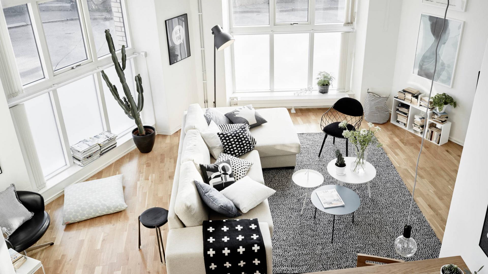 Wysoki sufit w salonie sięga na wysokość 4,5 metra, potęgując wrażenie przestrzenności pomieszczenia. Pomiędzy nim, a salonem umieszczono niewielką antresolę. Fot. Stadshem.