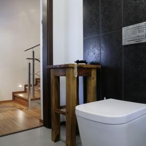 Chociaż wyposażenie zostało ograniczone do niezbędnego minimum - ze względu na wielkość pomieszczenia - to starannie wybrani jego formy. Są miękkie i łagodne, idealnie pasują do tego utrzymanego w kobiecej stylistyce wnętrza. Fot. Monika Filipiuk-Obałek.