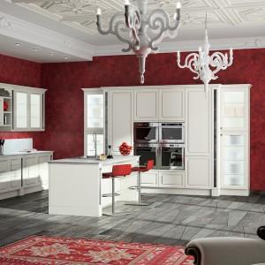 Czerwona tapeta w eleganckie wzory to sposób, by nadać kuchni charakteru bez konieczności wymiany białych szafek. Fot. Archirproducts.