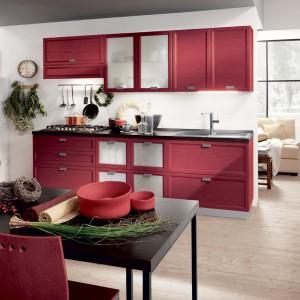 Kuchnia w matowym, czerwonym wykończeniu wygląda nieco łagodniej niż meble z lakierowanymi frontami. Fot. Scavolini.