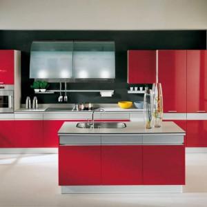 Nowoczesna, czerwona Kuchnia Silver marki Febal Casa z detalami w stalowym kolorze. Fot. Febal Casa.