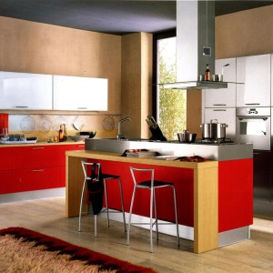 W tej aranżacji czerwień jest na drugim planie. Niekwestionowaną gwiazdą kuchni są szafki górne w srebrnym kolorze. Fot. Nannetti Arredamenti.