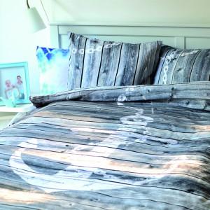 """Pościel """"Ahoj"""" z  nadrukiem kotwicy. Pokładowe deski na poduszkach i kołdrze doskonale sprawdzą się w sypialni urządzonej w marynistycznym stylu.  Fot. Hug The Stuff."""