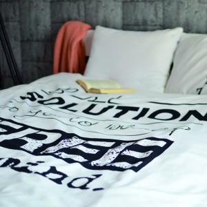 """""""Sol.uszy.n"""" - jasna pościel do sypialni z widocznymi napisami. Fot. Hug The Stuff."""