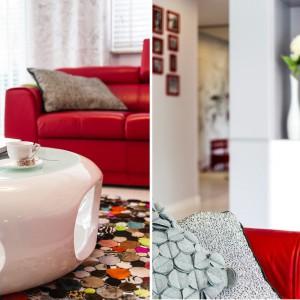 Barwy dywan komponuje się fakturą i formą z tekstyliami, dekorującymi komplet wypoczynkowy. Projekt: Saje Architekci. Fot. foto&mohito.