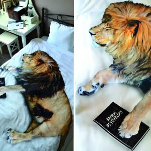 """Dekoracyjna pościel """"kiciu.ś"""" ze śpiącym lwem. Fot. Hug The Stuff."""