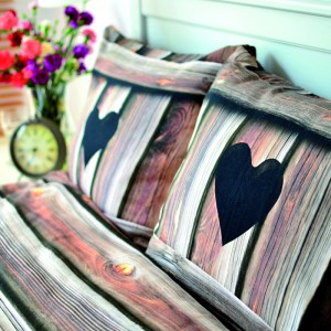 Poduszki z uroczym nadrukiem imitującym drewniane deski. Fot. Hug The Stuff.