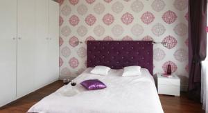 Sypialnia w której główną rolę gra ulubiony kolor właścicielki-intensywna fuksja-urzeka spójnością i przemyślaną kompozycją. Fiolet efektownie równoważą jasne elementy tworząc wyjątkowe, kobiece wnętrze.