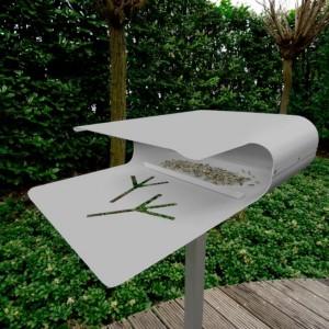Oryginalny karmnik doskonale sprawdzi się w ogrodach urządzonych w nowoczesnym stylu. Fot. Radius Design.