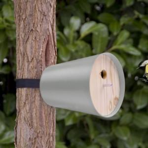 Mały domek dla ptaków możemy w łatwy sposób przymocować w każdym miejscu. Fot. Radius Design.