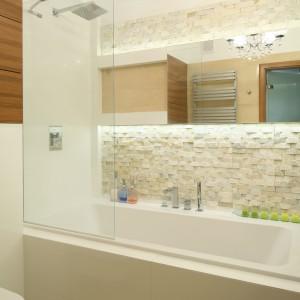W łazience rodzinnej każdy z domowników może brać kąpiel w ulubionej formie. Tafla szkła pełniąca rolę parawanu skutecznie chroni łazienkę przed zachlapaniem. Projekt: Małgorzata Mazur. Fot. Bartosz Jarosz.