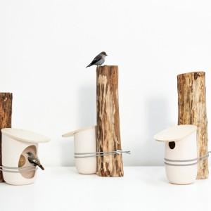 Projekt domków dla ptaków Mikko. Elastyczny pasek pozwala na umieszczenie budki na dowlnym drzewie. Fot. Pygmalion Studio.