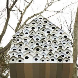 Nowatorski projekt grupy Nendo zaprojektowany przy współpracy z Ando Momofuku Center - placówką dbającą o środowisko naturalne. W ptasim apartamencie na drzewie znajdziemy miejsce dla 78 ptaków oraz jednego obserwatora. Fot. Nendo.
