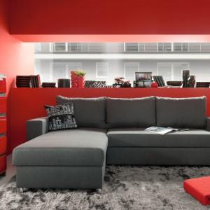 Konrad marki Black Red White to narożnik uniwersalny z funkcją spania i pojemnikiem na pościel. Wypełnienie siedziska stanowi pianka i sprężyna falista. Model z oferty Family Line. Fot. Black Red White.