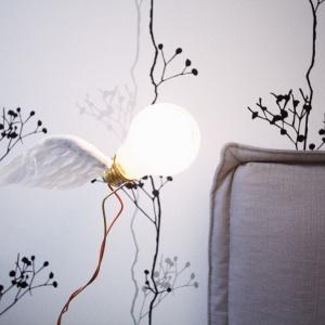Detale dekoracyjne budują we wnętrzu romantyczny, urokliwy charakter. Odkryta żarówka w przemysłowym stylu została ozdobiona nieoczekiwanym elementem dekoracyjnym: okalają ją... białe skrzydełka. Projekt i Fot. Soma Architekci.