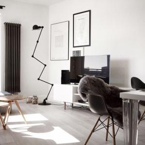 Podłogę wykończono posadzką z naturalnego drewna. Szerokie deski bielonego dębu wpisują się w skandynawską stylistykę mieszkania, stanowiąc piękną bazę dla ciemniejszych mebli i dekoracji. Projekt i Fot. Soma Architekci.