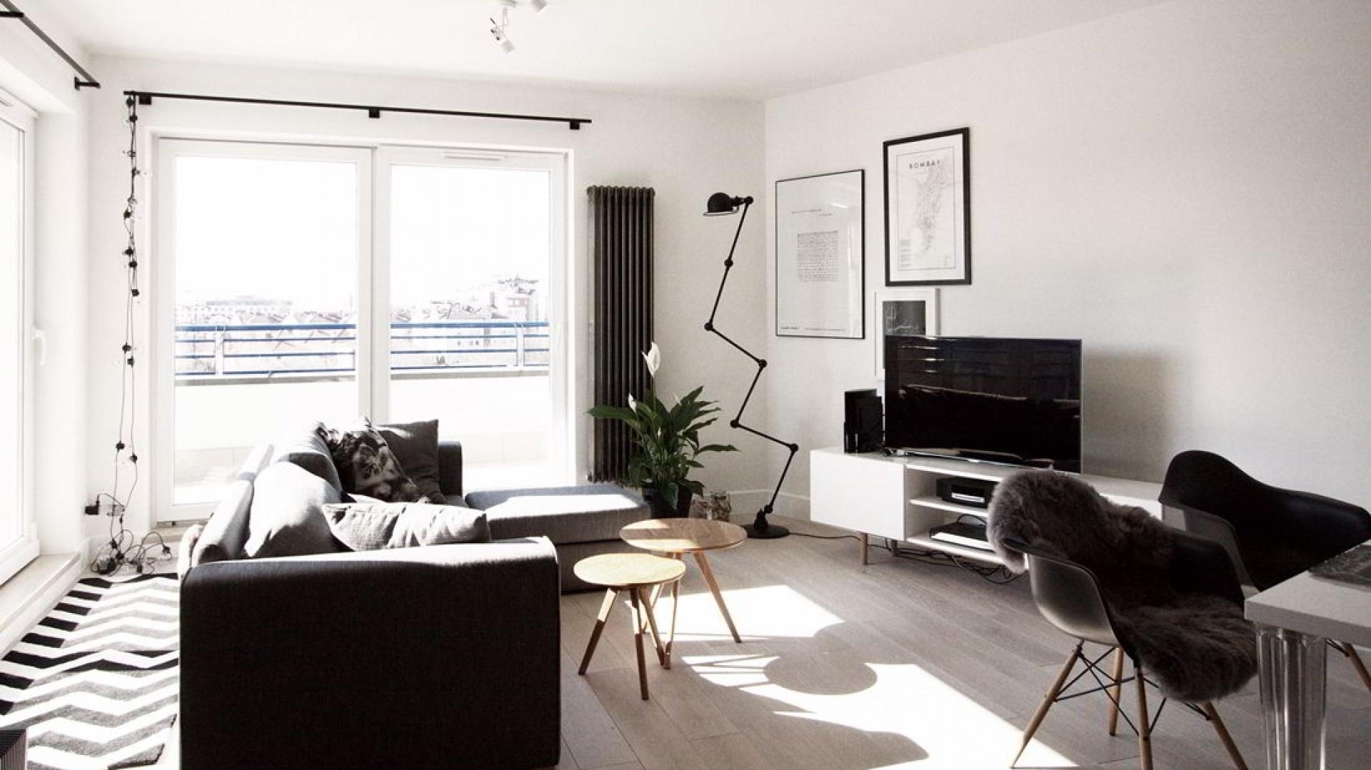 Właścicielom zależało na przestrzeni, wypełnionej światłem. Postanowiono zatem nie ograniczać jego dostępu zbędnymi tkaninami w oknach. Projekt i Fot. Soma Architekci.