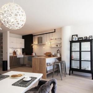 Kuchnię od strefy wypoczynkowej oddziela półwysep, który może pełnić również funkcję praktycznego baru. Projekt i Fot. Soma Architekci.