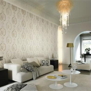 Subtelny i elegancki efekt uzyskamy dekorując ścianę jasną tapetą, np. Cosy White marki Rash. Fot. Rash.