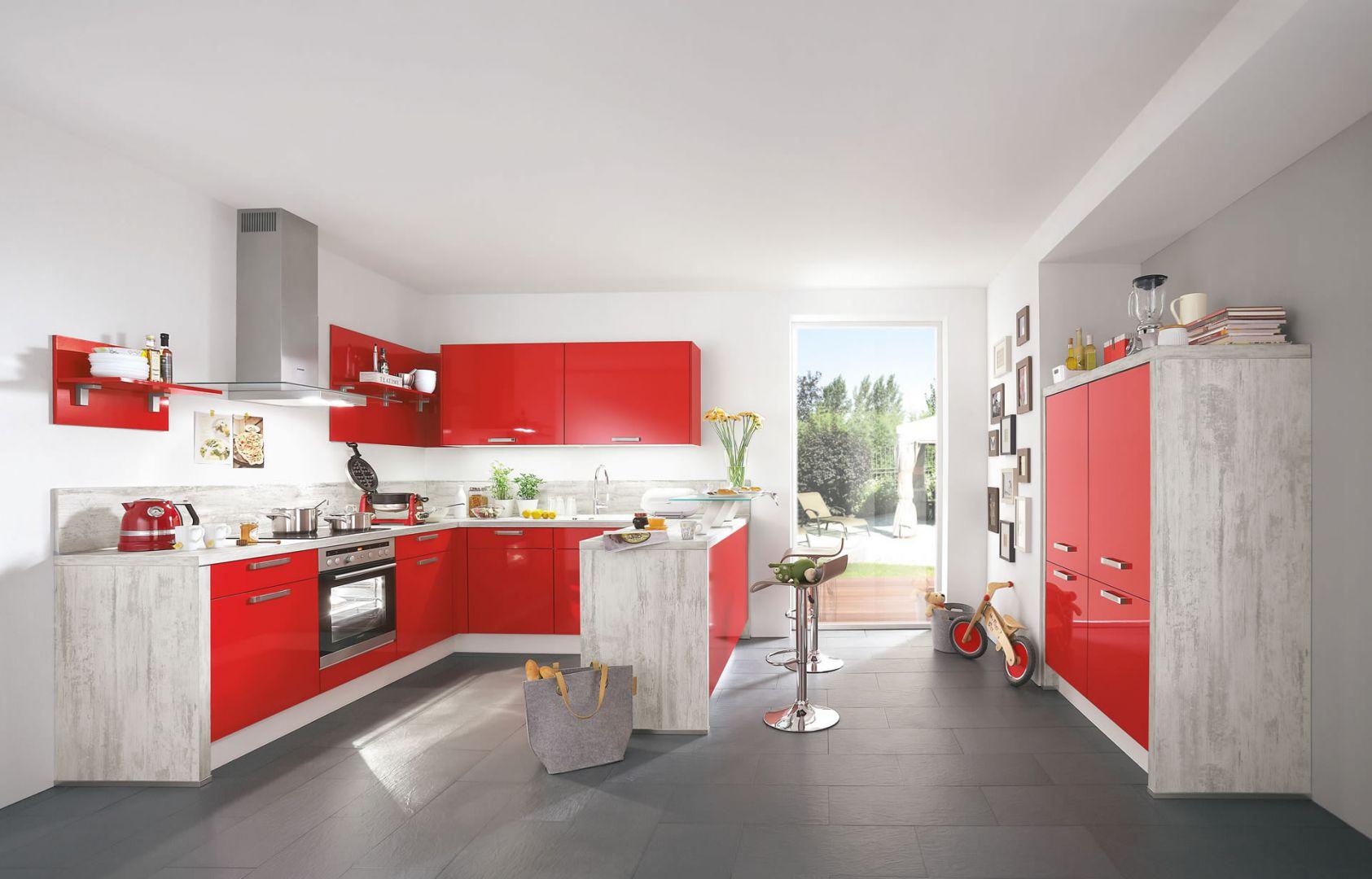 Czerwone, lakierowane fronty mebli pięknie ożywiają wnętrze kuchni. Doskonale pasują do spokojnej kolorystyki blatów, ścian oraz podłogi. Fot. Nobilia.