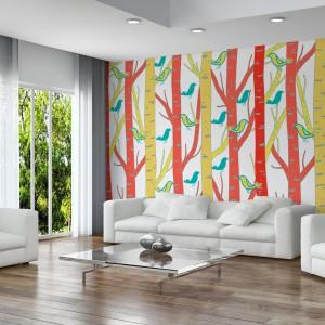 Pomysł na urozmaicenie ściany w białym salonie - tapeta w ptaki siedzące na kolorowych drzewach marki Minka. Fot. Minka.pl.