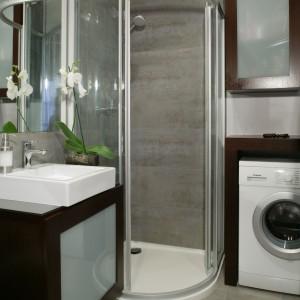 W łazience dla rodziny pralka została ustawiona w bliskim sąsiedztwie kabiny prysznicowej, ale asymetryczny model kabiny z wejściem narożnym gwarantuje wygodne korzystanie z obu sprzętów. Projekt: Karolina Pawłowicz. Fot. Monika Filipiuk-Obałek.