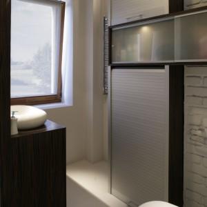 Żaluzja meblowa to oryginalny i estetyczny sposób na zamaskowanie pralki. Zapewnia też łatwy i szybki dostęp do sprzętu. Projekt: Maciej Bołtruczyk. Fot. Monika Filipiuk-Obałek.