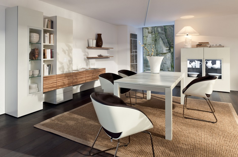 Zestaw mebli jadalnianych Neo niemieckiej marki Hülsta. Krzesła o finezyjnym wyglądzie są nie tylko wygodne, ale też niezwykle dekoracyjne. Fot. Hülsta.