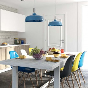 Pomysł na energiczną, nowoczesną aranżację jadalni. Prosty, biały stół zestawiono z designerskimi krzesłami, z których każde jest w innym kolorze. Meble Fresno Nudos hiszpańskiej marki Forlady. Fot. Forlady.
