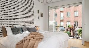 Eleganckiezestawienie bieli i czerni doskonale sprawdzi się w sypialni. Zobaczcie jak pięknie prezentują się ściany ozdobione tym popularnym duetem.
