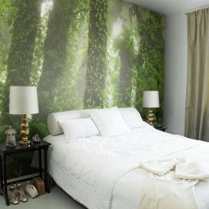 Kolorowa fototapeta umieszczona na całej ścianie za łóżkiem to sprawdzony sposób na ciekawą dekorację sypialni. Fot. Mr Perswall.