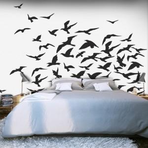 Pomysł na ścianę za łóżkiem: czarno-biała fototapeta z motywem ptaków. Fot. Picassi.