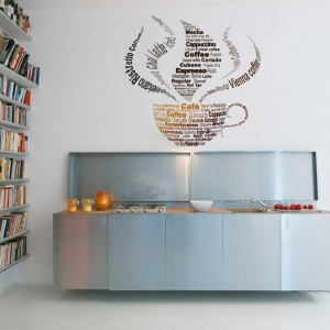 Motyw kawy, kuszącej aromatem jest jak znalazł na ścianę kuchni lub jadalni. Tutaj w formie złożonej z dziesiątek słów, opisujących różne rodzaje kawy. Apetycznie! Fot. Pixers.