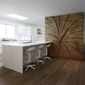 Sposób na ściankę działową pomiędzy kuchnią, a salonem. Oryginalna wielkoformatowa naklejka z rysunkiem naturalnego pnia drzewa. Fot. Redro