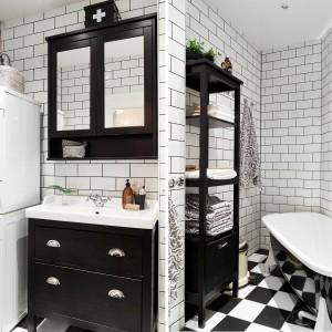 Czarno-biała łazienka w monochromie to stylowy, wyrazisty akcent w mieszkaniu. Posadzka w szachownicę i oryginalna wanna z pomalowaną na czarną zewnętrzną stroną nadają łazience niebanalnego wyrazu. Fot. Stadshem.