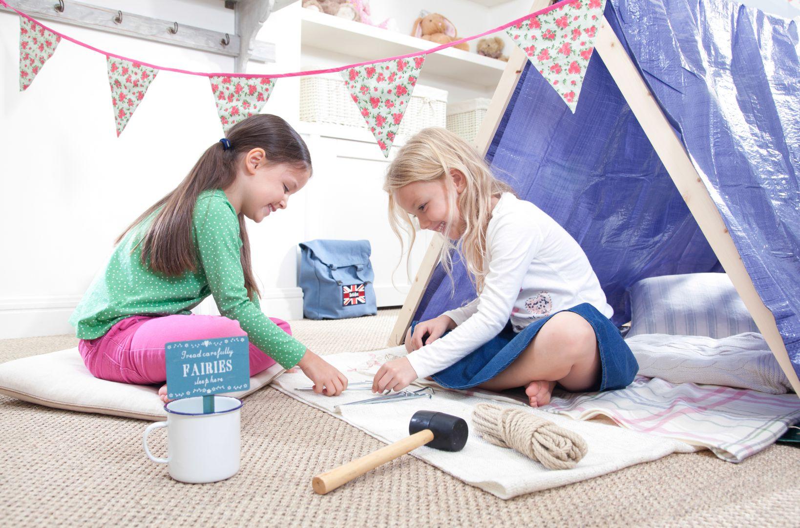 Z akcesoriów będących w wyposażeniu plecaka dla dziewczynek małe majsterkowiczki mogą skonstruować własny namiot w pokoju. Fot. Battle Box.