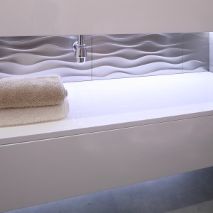 Modne i energooszczędne diody LED dają wiele możliwości dekoracyjnego, nastrojowego oświetlenia łazienki. Wybierając linie ledowe mamy możliwość umieszczenia oświetlenia, np. pod umywa;ką czy szafką łazienkową, a nawet w cokole szafki.  Projekt: Karolina Łuczyńska. Fot. Bartosz Jarosz.